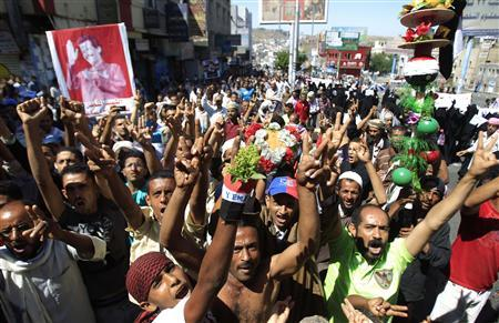 Anti-government protesters shout slogans during a demonstration to demand the ouster and trial of Yemen's President Ali Abdullah Saleh in the southern city of Taiz November 13, 2011. REUTERS/Khaled Abdullah