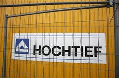 Логотип строительной компании Hochtief во Франкфурте-на-Майне, 4 января 2011 года. Доналоговая прибыль немецкого строительного гиганта Hochtief в третьем квартале оказалась немного ниже среднего уровня прогнозов аналитиков. REUTERS/Wolfgang Rattay