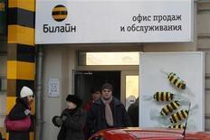 Люди выходят из офиса продаж компании Билайн в Москве, 30 января 2010 года. Телекоммуникационная компания Вымпелком в третьем квартале 2011 года снизила чистую прибыль до $104 миллионов, что оказалось значительно ниже среднего прогноза $158,8 миллиона. REUTERS/Alexander Natruskin