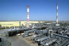 Нефтегазовый завод на западе Казахстана, 24 августа 2004 года. Четвертый нефтедобытчик в Казахстане компания Разведка Добыча Казмунайгаз (РД КМГ) в январе-сентябре 2011 года увеличила чистую прибыль на 5,0 процента в годовом выражении до 165 миллиардов тенге ($1,126 миллиарда), сообщила компания в понедельник. REUTERS/Shamil Zhumatov