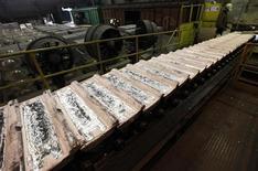 Алюминиевые слитки на заводе Русала в Красноярске, 18 мая 2011 г. Мировые мощности по выпуску алюминия могут снизиться на 10-15 процентов в первом полугодии 2012 года при сохранении текущих цен, считает первый заместитель гендиректора Русала Владислав Соловьев. REUTERS/Ilya Naymushin