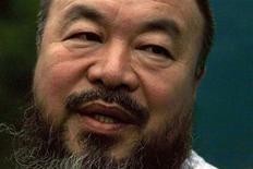 Artista chinês Ai Weiwei fala com a imprensa na porta de seu estúdio após ser libertado sob fiança em junho. Autoridades chinesas estão impondo obstáculos para que o artista e ativista Ai Weiwei pague uma dívida fiscal que lhe permitirá recorrer de uma multa tributária, disse um advogado dele nesta segunda-feira. Partidários de Ai dizem que ele está sendo vítima de perseguição política. 23/06/2011  REUTERS/David Gray