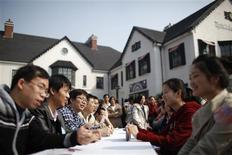 <p>Participants interview each other during a blind date party in Shanghai November 12, 2011. REUTERS/Aly Song</p>