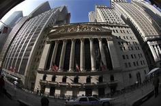 Здание Нью-Йоркской фондовой биржи. Фотография сделана 10 ноября 2011 года. Фондовые индексы США упали в начале торгов понедельника на фоне попыток Италии и Греции сформировать технократические правительства для выхода из кризиса и слабых макроэкономических данных Европы. REUTERS/Mike Segar