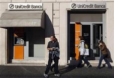 Пешеходы проходят мимо офиса банка Unicredit в Риме 14 ноября 2011 года.  Крупнейший банк Италии по размеру активов UniCredit в понедельник сообщил об убытках в третьем квартале из-за списаний гудвила в размере 9,6 миллиарда евро и о намерении привлечь 7,5 миллиарда евро для укрепления капитальной базы. REUTERS/Stefano Rellandini