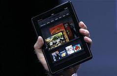 <p>Imagen de archivo del presidente ejecutivo de Amazon, Jeff Bezos, con la tableta Kindle Fire en sus manos durante el lanzamiento del producto en Nueva York, sep 28 2011. Amazon.com comenzó a enviar su tableta Kindle Fire el lunes, un día antes de lo previsto, ampliando su ventaja temporal sobre la tableta Nook de su rival Barnes & Noble. REUTERS/Shannon Stapleton</p>