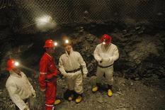 Монгольские рабочие находятся на глубине 551 метр ниже уровня земной поверхности во время разведочного шахтного бурения на золотомедном месторождении Ою Толгой 21 октября 2006 года. Канадская горнорудная компания Ivanhoe Mines получила прибыль в третьем квартале после убытка годом ранее и сообщила, что начало коммерческой добычи на крупном месторождении меди Ою Толгой в Монголии запланировано на первое полугодие 2013 года. REUTERS/Luke Distelhorst
