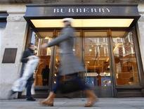 Люди проходят мимо магазина Burberry в Лондоне, 19 ноября 2008 года. Прибыль британского производителя роскоши Burberry выросла на 26 процентов в первом полугодии 2011 года, оправдав прогнозы аналитиков, благодаря спросу со стороны туристов. REUTERS/Suzanne Plunkett