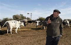 """Аргентинец Игнасио Бастанчури на молочной ферме в городе Наварро 17 июня 2009 года. Вместо загрузки фотографий друзей или семьи, пользователи новой аргентинской социальной сети обмениваются фотографиями коров, соевых полей и нажимают """"лайки"""" под изображениями последних моделей тракторов. REUTERS/Enrique Marcarian"""