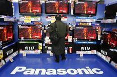 Посетитель магазина в Токио смотрит на телевизоры Panasonic 28 января 2009 года. Японский производитель электроники Panasonic Corp согласился продать свой завод по выпуску жидкокристаллических дисплеев в Мобаре поддерживающемой государством компании Japan Display. REUTERS/Yuriko Nakao