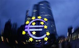 Символ валюты евро у здания ЕЦБ во Франкфурте-на-Майне 5 апреля 2011 года. Экономика зоны евро выросла на 0,2 процента в третьем квартале текущего года по сравнению со вторым кварталом благодаря росту Германии и Франции, однако снижение экспорта, замедление потребления и рост безработицы указывают на вероятность скорой рецессии. REUTERS/Kai Pfaffenbach