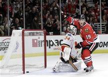 """Хоккеист """"Чикаго"""" Джонатан Тэйвз (19) радуется шайбе, заброшенной в ворота """"Калгари"""", защищаемые Миккой Кипрусоффым, в матче НХЛ в Чикаго 11 ноября 2011 года. Лидирующий в Восточной конференции """"Чикаго"""" подвел неутешительный итог выездной сессии """"Эдмонтона"""", обыграв """"нефтяников"""" со счетом 6-3. REUTERS/John Gress"""