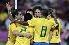 Jogadores brasileiros comemoram após gol contra o Egito, em Doha. A seleção brasileira derrotou o Egito por 2 x 0 em amistoso nesta segunda-feira, em sua última partida neste ano. 14/11/2011 REUTERS/Fadi Al-Assaad