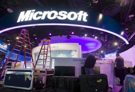Workers set up a Microsoft booth in preparation for the 2011 International Consumer Electronics Show (CES) at the Las Vegas Convention Center in Las Vegas, Nevada January 4, 2011. REUTERS/Steve Marcus