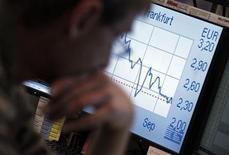 Трейдер смотрит на монитор с котировками. Фотография сделана на Франкфуртской фондовой бирже 15 ноября 2011 года. Европейские рынки акций закрылись во вторник снижением из-за обвала котировок французских банков на фоне опасений того, что вторая по размеру экономика еврозоны может попасть в воронку долгового кризиса. REUTERS/Alex Domanski