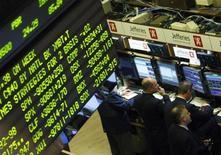 Трейдеры на Нью-Йоркской фондовой бирже 18 декабря 2008 года. Американские акции выросли во вторник благодаря быстрым действиям, направленным на формирование нового итальянского правительства, и превысившим прогнозы статистическим данным. REUTERS/Brendan McDermid