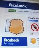 Страница сайта Facebook. Фотография сделана в Сингапуре 11 мая 2011 года. Популярная социальная сеть Facebook Inc. сообщила, что занимается расследованием обстоятельств появления на страницах пользователей видео, содержащих сцены насилия и порнографических изображений. REUTERS/Tan Shung Sin