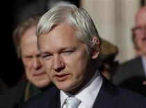 Основатель WikiLeaks Джулиан Ассанж общается с журналистами перед зданием Высокого суда в Лондоне, 2 ноября 2011 года. Основатель ресурса WikiLeaks Джулиан Ассанж попросит в следующем месяце старших британских судей пересмотреть вопрос об экстрадиции в Швецию в высшей судебной инстанции Великобритании, сообщил представитель WikiLeaks. REUTERS/Andrew Winning