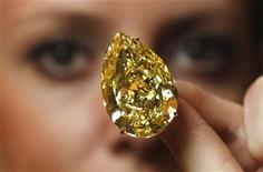 """Modelo apresenta """"Diamante Gota de Sol"""" durante prévia para a mídia em Genebra. 09/11/2011   REUTERS/Michael Buholzer"""