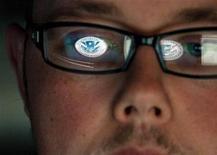 Эксперт по кибербезопасности аналитического центра Министерства национальной безопасности США на рабочем месте. Фотография сдалана в Национальной лаборатории Айдахо 30 сентября 2011 года. США оставляют за собой право применять военную силу для борьбы с кибер-атаками и работают над тем, чтобы иметь возможность отследить источник любого нарушения, сообщает Пентагон в докладе, опубликованном во вторник. REUTERS/Jim Urquhart