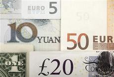 Банкноты китайского юаня, доллара США, евро и британского фунта. Фотография сделана в Варшаве 25 января 2011 года. Золотовалютные резервы РФ вновь сократились, потеряв за неделю на 11 ноября $1,8 миллиарда из-за отрицательной переоценки евро, подешевевшего на фоне долговых проблем еврозоны, а также падения стоимости суверенных облигаций, входящих в российский портфель. REUTERS/Kacper Pempel