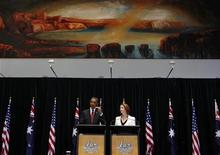 Президент США Барак Обама (слева) и премьер-министр Австралии Джулия Гиллард выступают во время пресс-конференции в Канберре, 16 ноября 2011 года. Американская армия будет усиливать присутствие в Азиатско-Тихоокеанском регионе, несмотря на сокращение военного бюджета, и сохранит за собой статус тихоокеанской державы, формирующей будущее региона, сказал в четверг президент США Барак Обама. REUTERS/Larry Downing