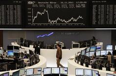 Трейдеры работают в торговом зале Франкфуртской фондовой биржи, 16 ноября 2011 года. Европейские акции снижаются в четверг, так как растущая доходность суверенных облигаций еврозоны усилила страхи инвесторов о дальнейшем распространении долгового кризиса и вероятной рецессии. REUTERS/Remote/Amanda Andersen