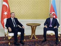 Президент Азербайджана Ильгам Алиев (справа) и премьер-министр Турции Реджеп Тайип Эрдоган во время встречи в Баку 17 мая 2010 года. Азербайджан и Турция начали работать над проектом Трансанатолийского газопровода стоимостью $5-6 миллиардов, сообщила государственная энергетическая компания Азербайджана (ГНКАР) в четверг. REUTERS/Stringer