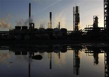НПЗ в Мельбурне. Фотография сделана 21 июня 2010 года. Фьючерсы на нефть Brent держатся на уровне около $108 за баррель на опасениях по поводу спроса, так как Европа не может сдержать распространение долгового кризиса, вредящего мировой экономике. REUTERS/Mick Tsikas