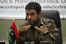 Лидер базирующихся в Триполи вооруженных формирований Абдулла Накер дает интервью в Триполи 16 ноября 2011 года. Командир бывших ливийских повстанцев предупредил, что его бойцы могут свергнуть новое правительство, если в него не попадут их представители. REUTERS/Ismail Zetouny