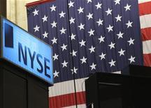 Логотип NYSE в торговом зале фондовой биржы Нью-Йорка, 7 июля 2011 г. Фондовые индексы США выросли в пятницу, несмотря на долговые проблемы Европы, угнетавшие рынки на протяжении всей недели, и провала индекса S&P ниже технического уровня 1.225 пунктов в четверг. REUTERS/Brendan McDermid