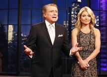 """Após 28 anos no ar, o apresentador Regis Philbin se despediu nesta sexta-feira do programa """"Live With Regis and Kelly"""", ao lado de sua colega Kelly Ripa, em Nova York, nos EUA. A partir de agora, Kelly conduzirá o programa. 18/11/2011 REUTERS/Brendan McDermid"""