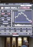 Человек стоит напротив электронного табло биржи в Мадриде, 17 ноября 2011 г. Евро подрос на утренних азиатских торгах в понедельник, удерживая позиции после ралли на прошлой неделе, так как инвесторов порадовала сокрушительная победа правоцентристской оппозиции в оказавшейся на грани тяжелого финансового кризиса Испании. REUTERS/Juan Medina