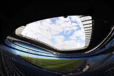 """Вид на поле стадиона """"Манчестер Сити"""" в Манчестере 10 мая 2011 года. """"Манчестер Сити"""" сохранил пятиочковый отрыв от ближайшего конкурента в таблице английской Премьер-лиги после матчей 12-го тура. REUTERS/Nigel Roddis"""