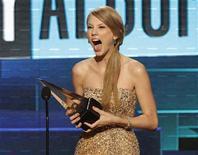 Taylor Swift recebe prêmio por Melhor Álbum Country nos American Music Awards, em Los Angeles. 20/11/2011 REUTERS/Mario Anzuoni