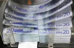 Банкноты евро в Национальном банке Бельгии в Брюсселе, 26 октября 2011 г. Структура агрохимического холдинга Фосагро стала владельцем 51-процентной доли в совместном предприятии Акрона и норвежской Yara, которому принадлежит 10,3 процента акций компании Апатит.REUTERS/Thierry Roge
