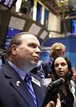 Трейдер следит за ходом торгов на бирже в Нью-Йорке, 21 ноября 2011 года. Американские акции снизились в понедельник четвертую сессию подряд, так как отсутствие успехов в борьбе с долгами как в США, так и в Европе продолжает подрывать доверие инвесторов. REUTERS/Brendan McDermid