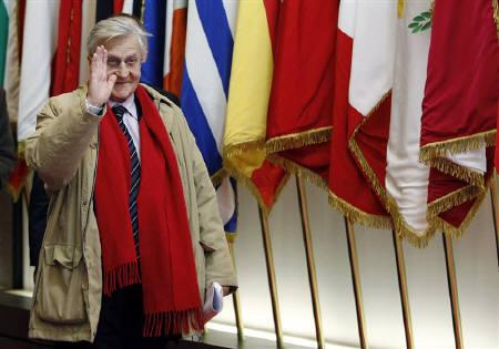 European Central Bank (ECB) President Jean-Claude Trichet waves as he leaves a euro zone leaders summit in Brussels October 27, 2011.  REUTERS/Francois Lenoir/Files
