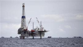 Буровая установка и нефтяная платформа на месторождении Сольдадо возле юго-западного побережья Тринидада. Фотография сделана 10 сентября 2011 года. JPMorgan Chase & Co снизил прогнозы цен на нефть Brent и WTI на 2012 год с учетом экономической неопределенности в Европе, США и признаков замедления роста в Китае. REUTERS/Andrea De Silva