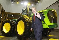 Глава компании Deere & Co Самуэль Аллен на церемонии открытия завода в Домодедово, 27 апреля 2010 г. Квартальная прибыль Deere & Co выросла на 46 процентов благодаря высокому мировому спросу на сельскохозяйственную технику, сообщила компания в среду. REUTERS/Sergei Karpukhin