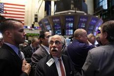 Трейдеры работают в торговом зале биржи в Нью-Йорке, 21 ноября 2011 года.  Американские акции снизились шестой день подряд в среду, поскольку разочарование по поводу долгового кризиса еврозоны в сочетании со слабыми данными о промышленном производстве в Китае нарисовали негативную картину в умах инвесторов перед Днем благодарения. REUTERS/Brendan McDermid