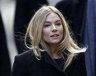 """Sienna Miller chega ao Tribunal Superior em Londres. A atriz afirmou nesta quinta-feira que foi colocada sob """"uma teia de vigilância"""" por um tabloide que ouviu suas mensagens e leu seus e-mails, fazendo com que ela acusasse parentes e amigos de vazarem histórias para a imprensa.  24/11/2011  REUTERS/Stefan Wermuth"""
