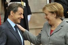 Президент Франции Николя Саркози (слева) и канцлер Германии Ангела Меркель после встречи в Страсбурге, 24 ноября 2011 года. Франция и Германия договорились в четверг перестать публично спорить о том, что Европейский центральный банк должен делать больше для спасения еврозоны от углубляющегося долгового кризиса еврозоны. REUTERS/Philippe Wojazer
