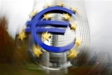 Символ евро у здания ЕЦБ во Франкфурте-на-Майне 4 ноября 2010 года. Члены еврозоны обсуждают возможность исключения участия частного сектора из постоянного механизма помощи, который должен вступить в силу в 2013 году, сказали в пятницу представители ЕС. REUTERS/Kai Pfaffenbach
