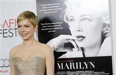 """A atriz Michelle Williams, que interpreta Marilyn Monroe em """"My Week With Marilyn"""", posa para foto na exibição do filme, em Hollywood, nos Estados Unidos, no início de novembro. 06/11/2011 REUTERS/Danny Moloshok"""