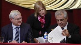 Глава Royal Dutch Shell Питер Возер (слева) и министр нефтяной промышленности Ирака Абдул Карим Ал-Луаиби на церемонии подписания контракта в Багдаде, 27 ноября 2011 года. Ирак подписал соглашение с Royal Dutch Shell и Mitsubishi стоимостью $17 миллиардов об улавливании попутного газа на месторождениях на юге страны. REUTERS/Saad Shalash