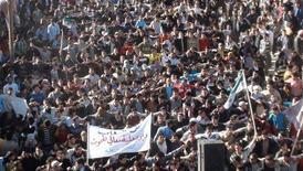 Демострация против президента Сирии Башара аль-Асада близ Хомса 27 ноября 2011 года. Лига арабских государств утвердила беспрецедентные экономические санкции в отношении Сирии, призванные изолировать режим Башара аль- Асада, уже восемь месяцев пытающийся подавить антиправительственные выступления. REUTERS/Handout