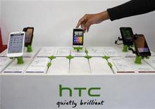 Мобильные телефоны HTC в магазине в Тайбэе, 24 ноября 2011 г. Переживающая нелегкие времена компания HTC Corp, четвертый по величине в мире производитель смартфонов, пообещала представить в начале следующего года новые модели аппаратов и придерживаться своей стратегии. REUTERS/Pichi Chuang