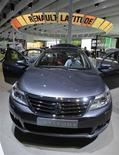Автомобиль Renault Latitude на Московском автосалоне 2010, 28 августа 2010 г. Французский автоконцерн Renault, расширяющий производство в России, ждет роста авторынка страны в следующем году до предкризисного уровня, оценивая потенциал чуть оптимистичнее прогноза экспертов Ассоциации европейского бизнеса (АЕБ), рассказал журналистам глава Renault в РФ Бруно Анселен. REUTERS/Alexander Natruskin
