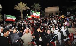 Демонстарция в поддержку правительства у здания парламента Кувейта в городе Эль-Кувейт 22 ноября 2011 года. Эмир Кувейта принял отставку правительства страны, попросившего о роспуске в понедельник в ответ на растущие требования отставки премьер-министра, обвиняемого в коррупции, со стороны протестующих. REUTERS/Hani AbdullahCS